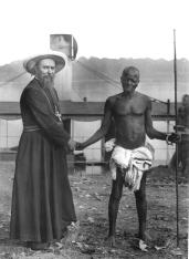 Mgr Prosper Augouard (1852-1921) avec le chef Bétou faisant le « pacte de sang », Oubangui, 1892. © Archives de la Congrégation du Saint-Esprit.