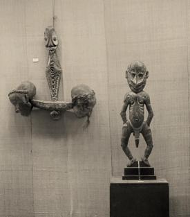 Vue de l'exposition d'art africain et océanien à la galerie du théâtre Pigalle, Paris, 1930. Crochet à crânes et sculpture, Papouasie Nouvelle-Guinée (ex-coll. Walter Bondy). © Société française de photographie (SFP) - Droits réservés.