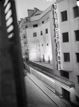 Krull, Germaine (1897-1985), [Paris. Théâtre Pigalle]. Façade extérieure vue de côté, 1929. Négatif sur verre au gélatino-bromure d'argent. Dim. : 18 x 24 cm. © BHVP/Parisienne de photographie/Estate Germaine Krull, Museum Folkwang, Essen.