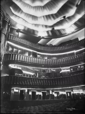 Krull, Germaine (1897-1985), [Paris. Théâtre Pigalle]. Intérieur. La salle vue de la scène, 1929. Négatif sur verre au gélatino-bromure d'argent. Dim. : 18 x 24 cm. © BHVP/Parisienne de photographie/Estate Germaine Krull, Museum Folkwang, Essen.