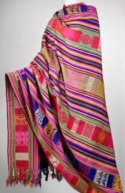 Étoffe lamba (robe drapée), Mérina, Antananarivo, Madagascar, avant 1988. Soie brochée. Dim. : 160 x 219 cm. © Musée du quai Branly-Jacques Chirac. Photo Claude Germain. Inv. 71.1988.76.1 X.