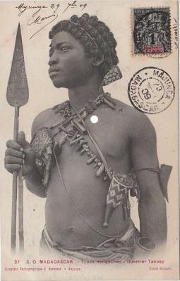 Carte postale. « 27 s. o. Madagascar – Types malgaches – Guerrier Tanosy [Antanosy]. Comptoir Photographique G. Bodeimer - Majonga. Cliché Richard ». © Coll. privée.