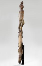 Poteau funéraire anthropomorphe, Bara, Madagascar, avant 1906. Bois. H. : 283 cm. © Musée du quai Branly-Jacques Chirac. Photo Claude Germain. Inv. 71.1906.21.21.