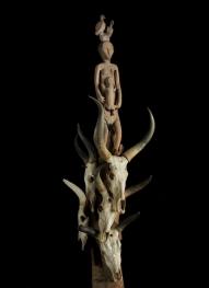 Poteau funéraire, Bara, Sakalava, Antanosy, Madagascar, vers 1898. Bois, crânes de bovinés, métal et perles. H. : 306 cm. © Musée du quai Branly-Jacques Chirac. Photo Thierry Ollivier et Michel Urtado. Inv. 71.1901.6.11.